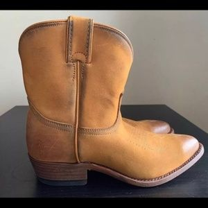 Frye Billy Short Pull Up Cowboy Boots